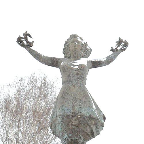 У площадки биотехнопарка в Кольцово установили «Девочку на шаре».