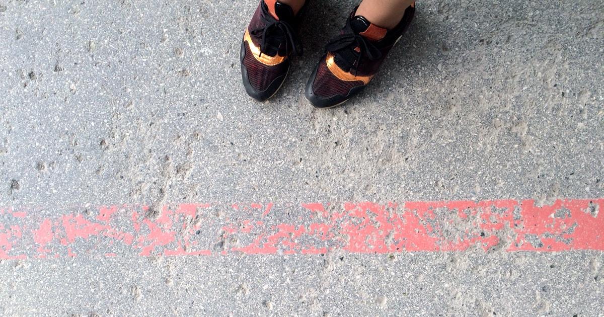 Очень тонкая красная линия