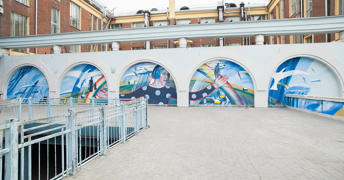 Новосибирская художница расписала внутренний дворик в центре Новосибирска