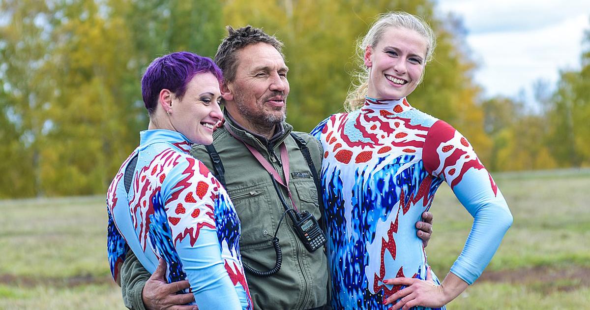 Босиком и без страховки: гимнастки сели на шпагат в небе над Новосибирском