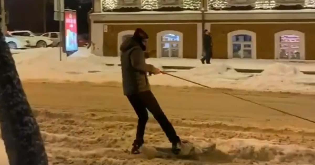 Новосибирец покатался по заснеженным улицам города на сноуборде