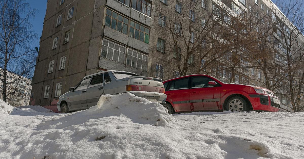 Некачественно убирают снег во дворах Новосибирска