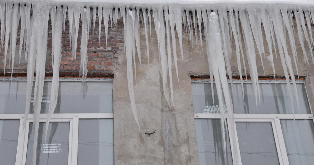 Жителей Новосибирской области предупреждают об опасности сосулек