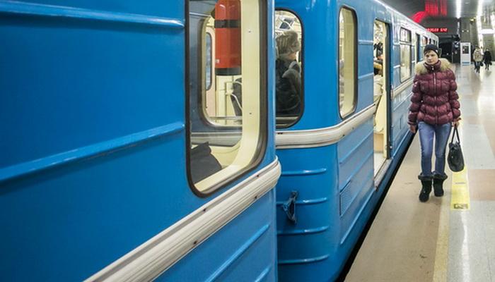 Женщина упала на рельсы на станции метро в Новосибирске
