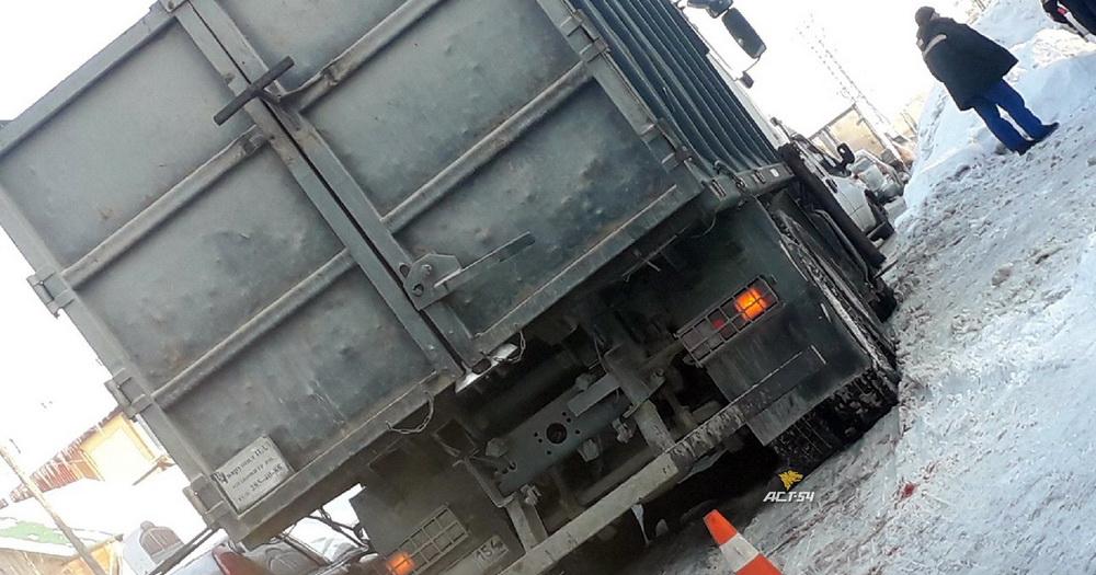 Пожилой мужчина погиб под колёсами грузовика в Новосибирске