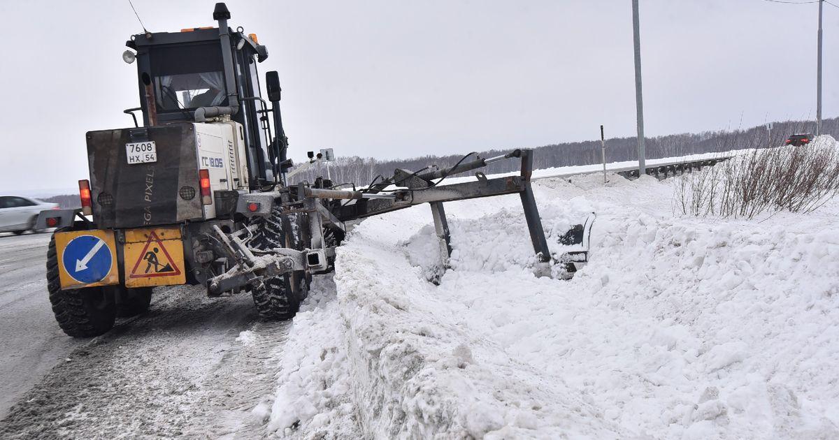 Около тысячи единиц спецтехники очищают дороги Новосибирской области от снега