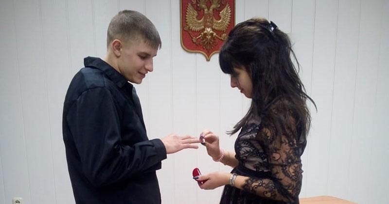 Жениха на свадьбу привели под конвоем в Новосибирской области