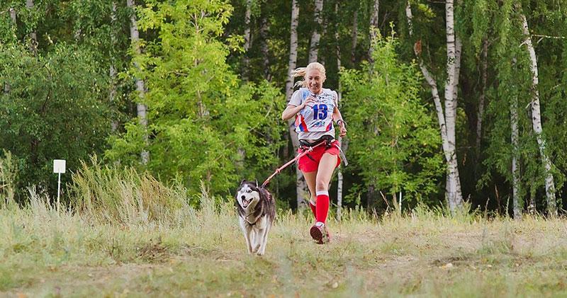 Жительница Новосибирска участвует в забегах вместе со своими питомцами