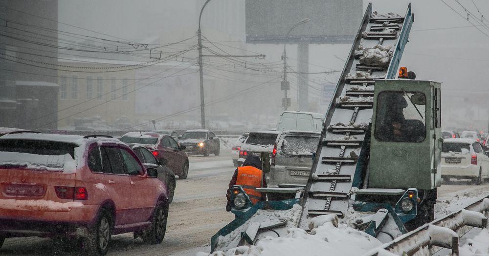 Снег в Новосибирске убирают более 180 машин