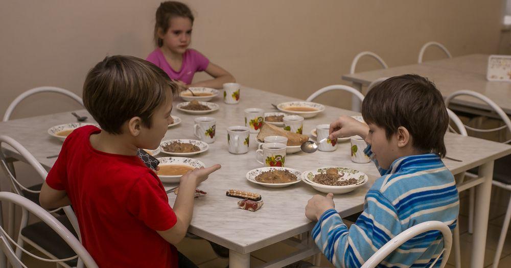 В Новосибирской области должны начать кормить всех младшеклассников горячими обедами быстрее чем за три года