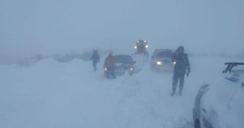 Четыре автомобиля и карета скорой помощи застряли в снегу в Новосибирской области