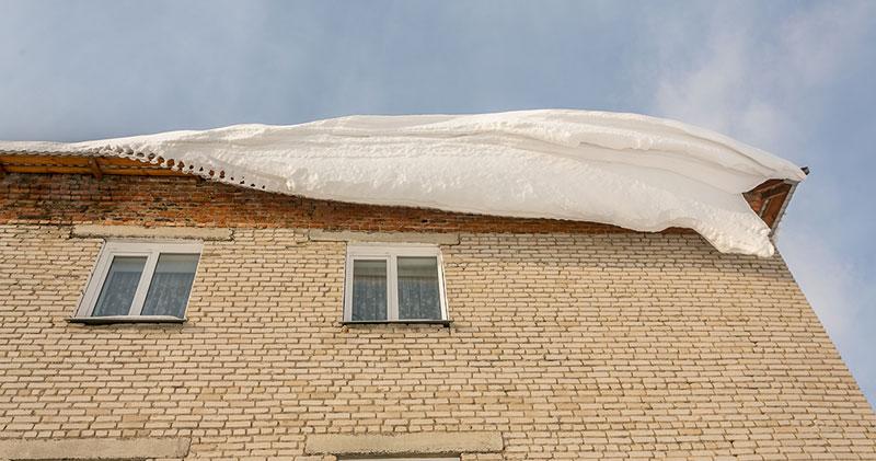 Под тяжестью снега обвалилась кровля жилого дома в Новосибирске