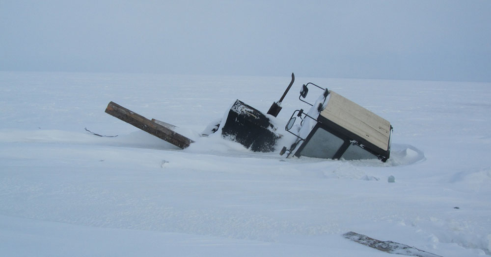 Вмёрзший в лёд трактор обнаружили спасатели на озере в Новосибирской области