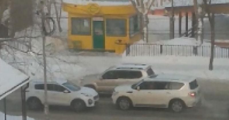 В Новосибирске принципиальный водитель бросил авто посреди дороги и ушёл обедать