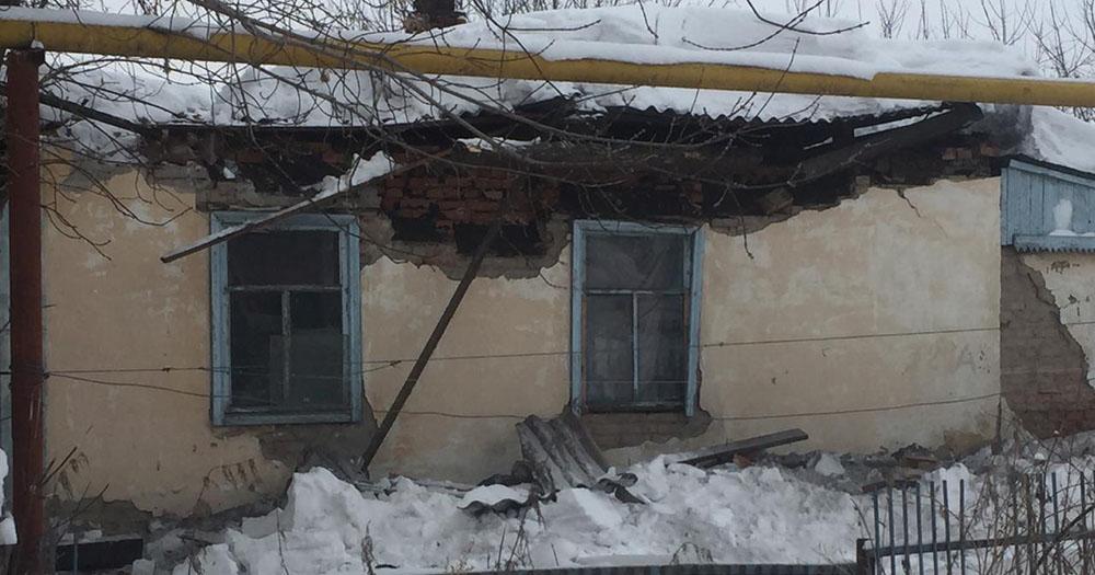 В доме с нелегальными жильцами просела крыша и рухнула стена