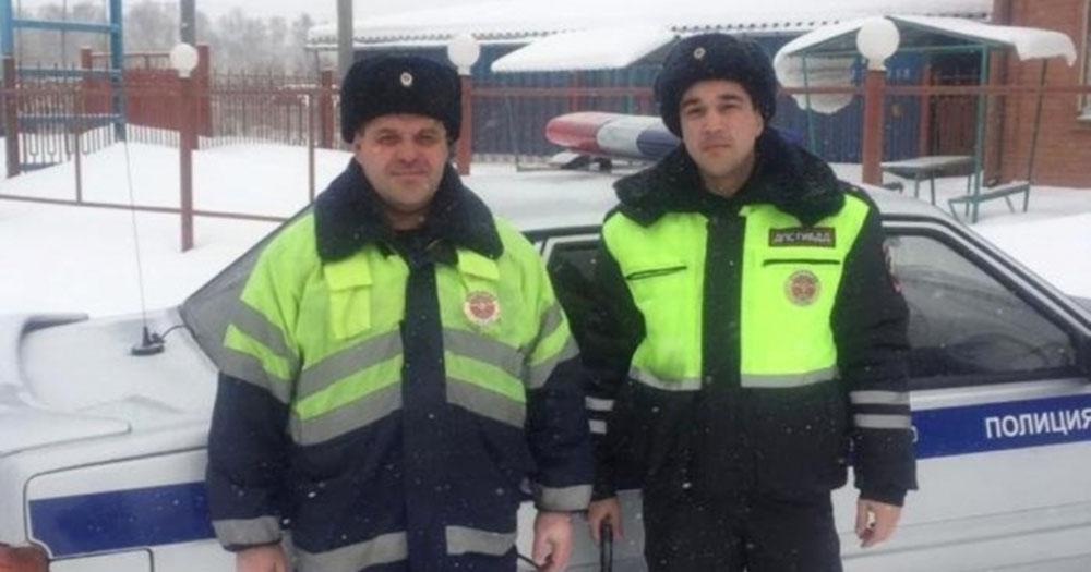 В Новосибирской области полицейские помогли беременной девушке