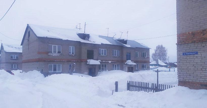 Пожилой мужчина погиб из-за упавшей с крыши глыбы снега в Новосибирской области