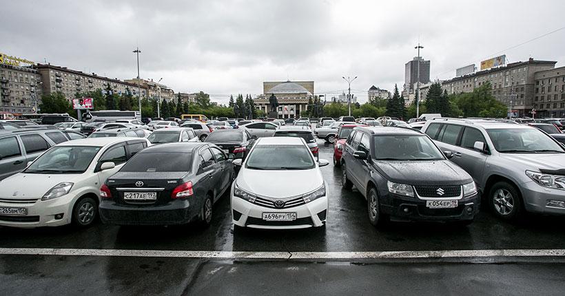В Новосибирске вновь запретят парковаться по ночам на площади Ленина