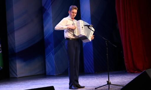 Лучший гармонист Новосибирской области получил уникальный подарок от спикера заксобрания