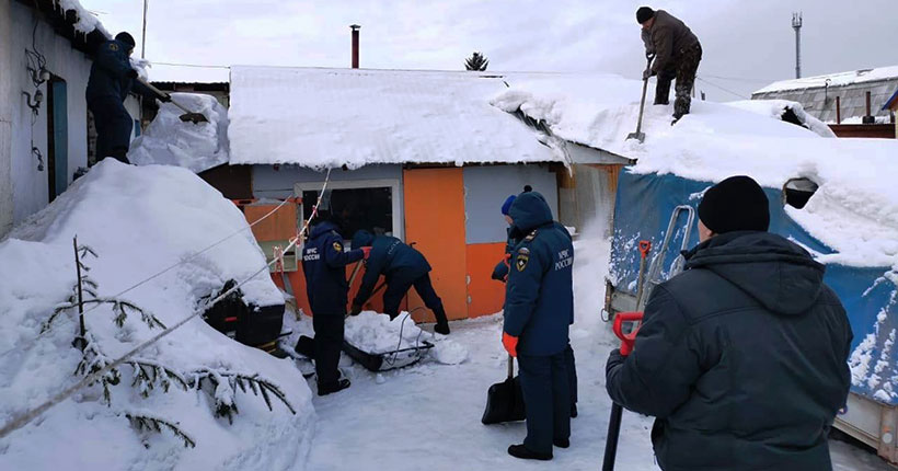 Новосибирские спасатели МЧС помогают ветеранам и одиноким пенсионерам