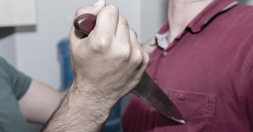 Вступившийся за мать юноша получил удар ножом в грудь в День защитника Отечества