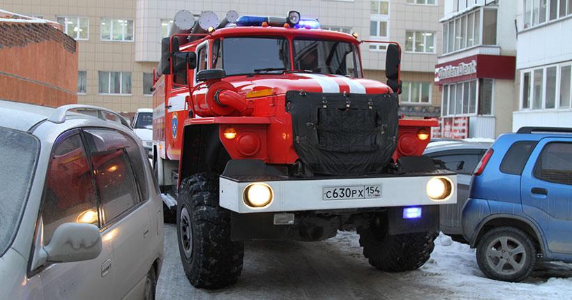 Новосибирские пожарные пожаловались на заставленные автомобилями дворы