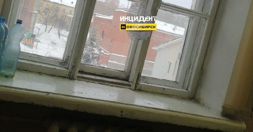 На школьника в Новосибирске упала оконная рама