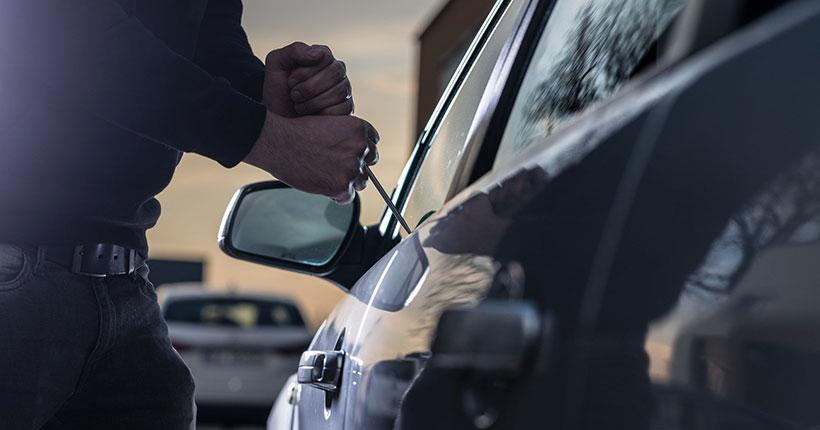 Мужчина пытался угнать автомобиль, чтобы добраться до дома в НСО