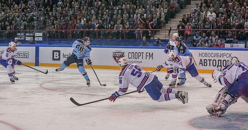 Хоккейная «Сибирь» продолжает бороться с «Автомобилистом»