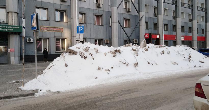 Дорожные службы завалили снегом парковку для инвалидов в Новосибирске