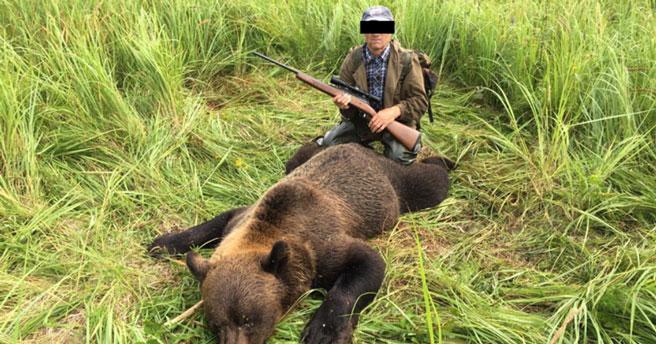 Охотник из НСО выложил в соцсети фото убитого медведя и попал под суд