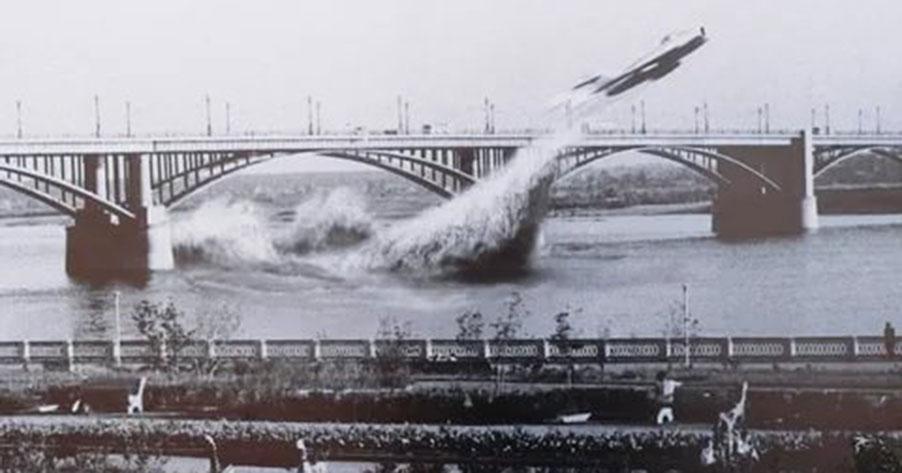 Кино на набережной Новосибирска: смотрим, как лётчик пролетал под мостом