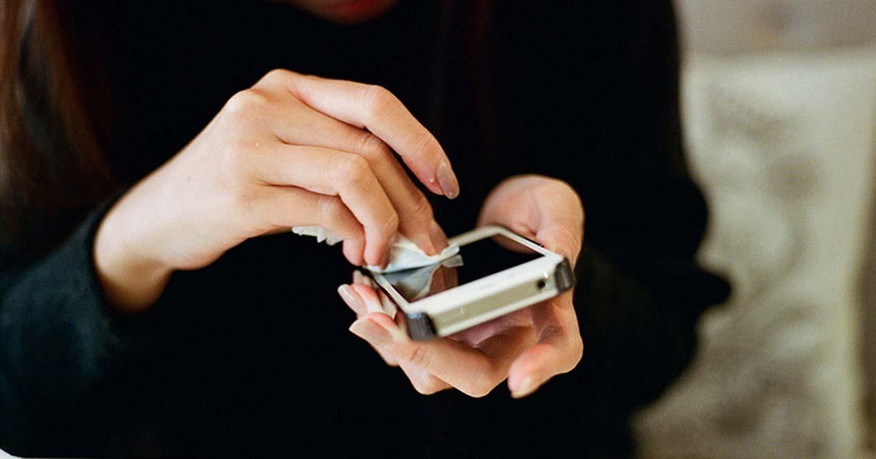 Роспотребнадзор Новосибирской области назвал мобильники одним из главных источников бактерий и вирусов