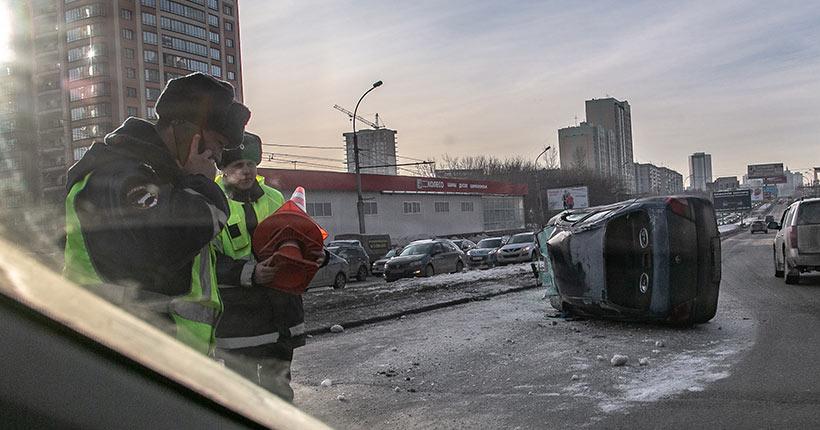 На Ипподромской магистрали в Новосибирске перевернулась машина