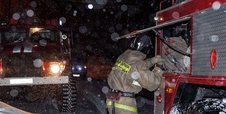 Диспетчер во внерабочее время предупредил трагедию: из огня спасли двоих детей в Новосибирской области