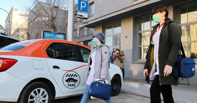 Медицинские работники Новосибирска бесплатно ездят на такси к жителям, находящимся на карантине