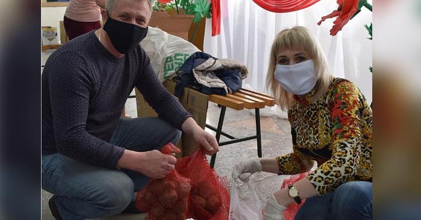 Депутат заксобрания Глеб Поповцев помогает жителям своего избирательного округа картофелем