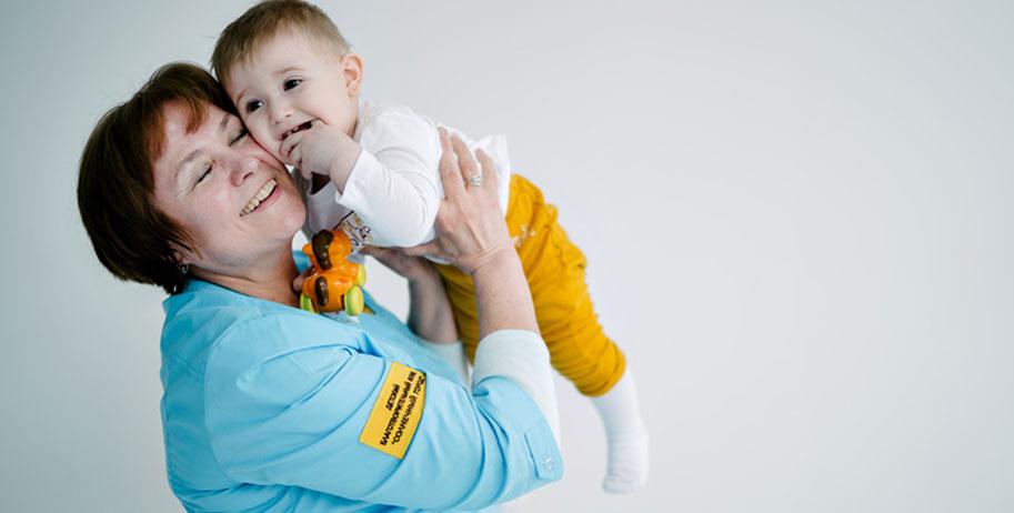 Жители Новосибирска могут обменять свои рабочие часы на оплату нянь для сирот в больницах