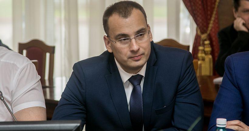 Депутат заксобрания Иван Сидоренко раздаёт продукты малообеспеченным на своём округе