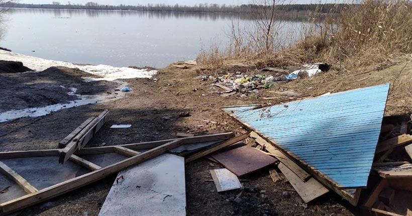 Берег Оби в районе Седовой Заимки у памятника археологии рыбаки превратили в свалку