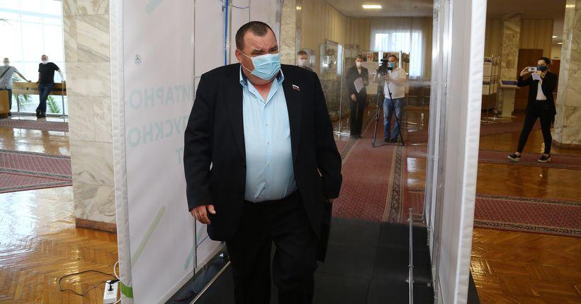 Депутатов заксобрания НСО перед сессией обеззараживают от коронавируса