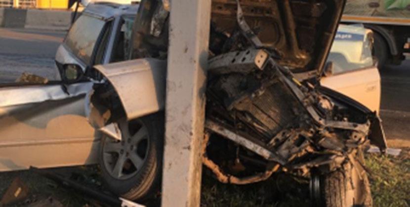 Водитель погиб в Новосибирске, въехав в столб