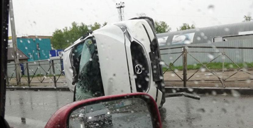 Кроссовер перевернулся на бок после наезда на открытый люк в Новосибирске