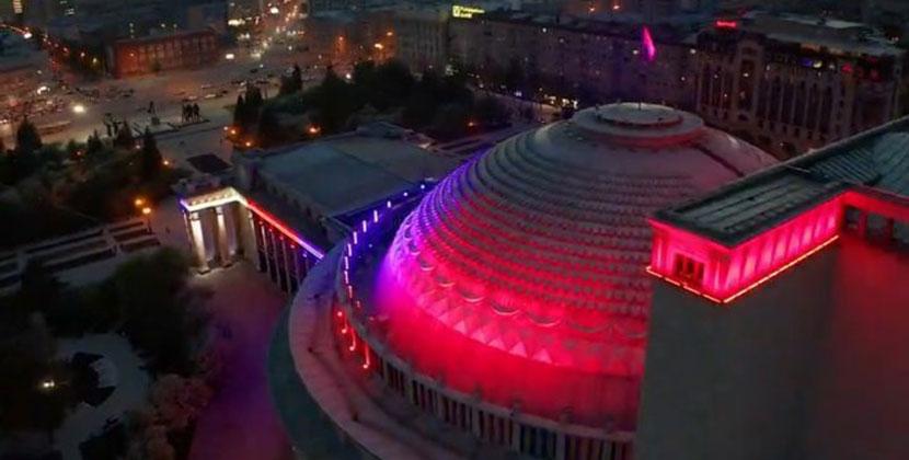Новосибирцы активно обсуждают новую подсветку оперного театра
