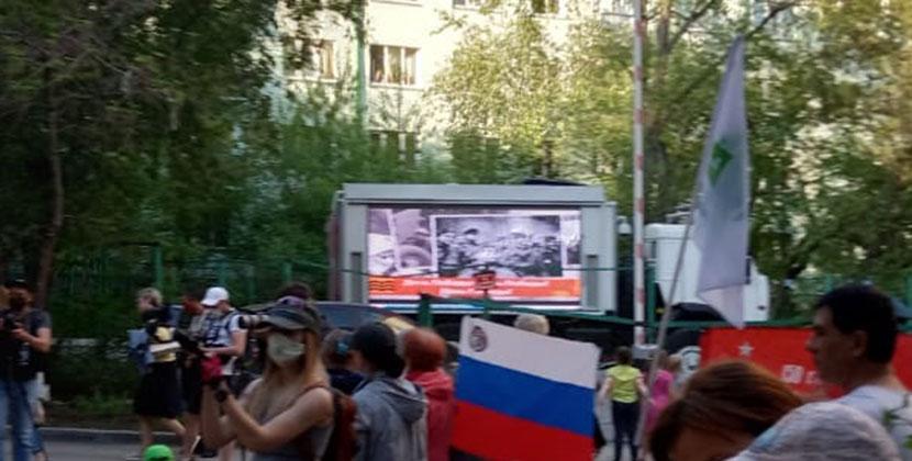 Новосибирские спасатели подарили горожанам концерт во дворе