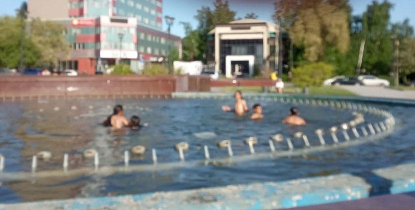 В центре Новосибирска дети открыли купальный сезон