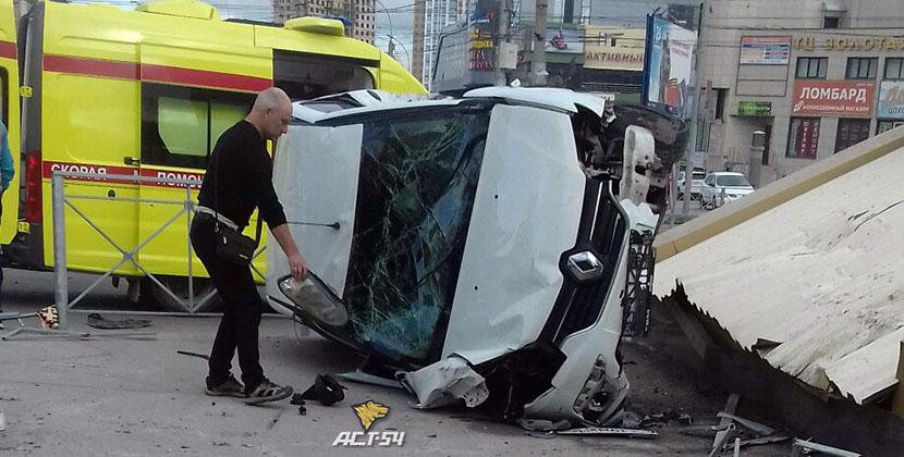 В Новосибирске машина вылетела с дороги, пробив ограждение