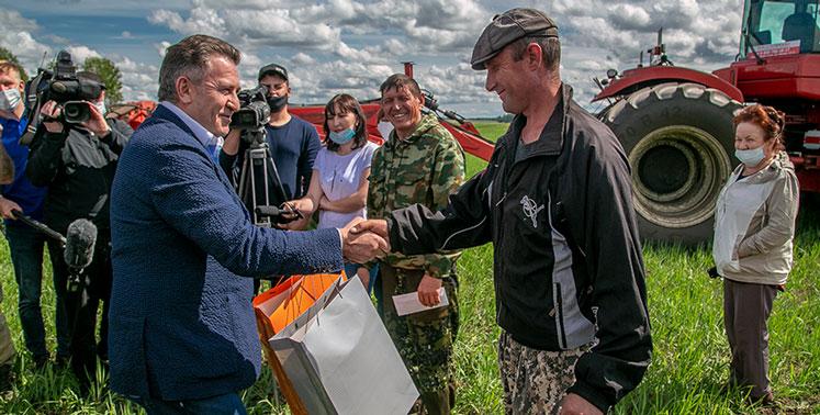 Спикер заксобрания Новосибирской области наградил мэтров посевной