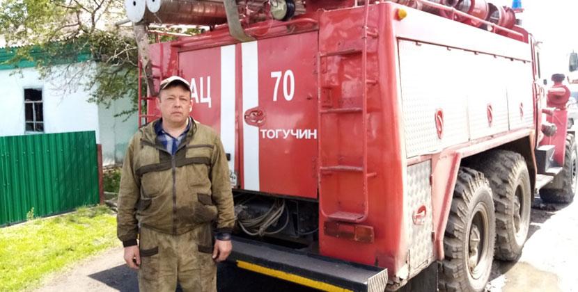 В Новосибирской области спасатель в свой выходной, без спецодежды и огнетушителя, вынес из огня человека