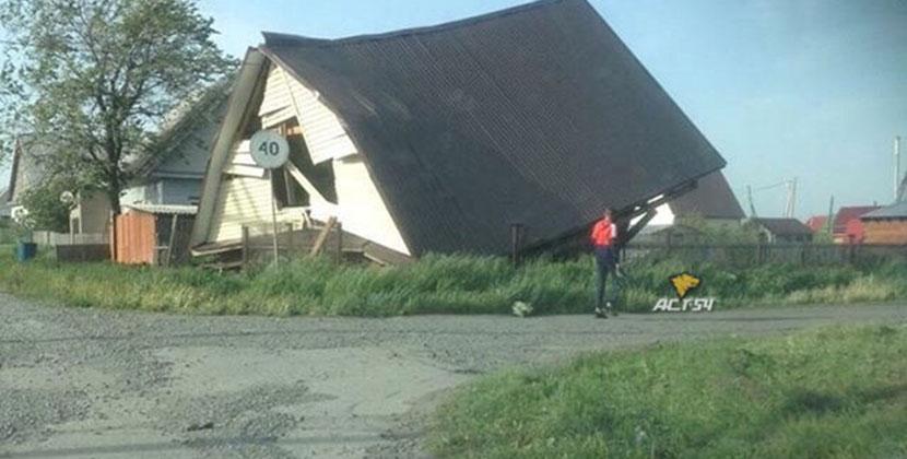 Ураган разрушил строящийся дом в Новосибирской области, повалил деревья, остановки и светофоры